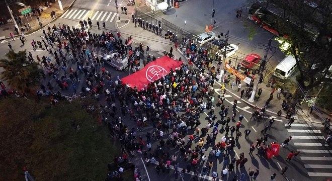 Integrantes do MTST protestam contra remoções