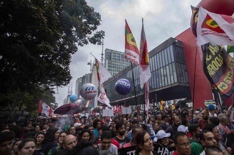 Manifestantes em São Paulo em prol da educação