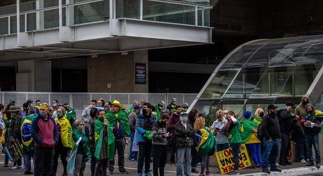 Manifestantes fazem protesto na avenida Paulista, em frente ao prédio da FIESP