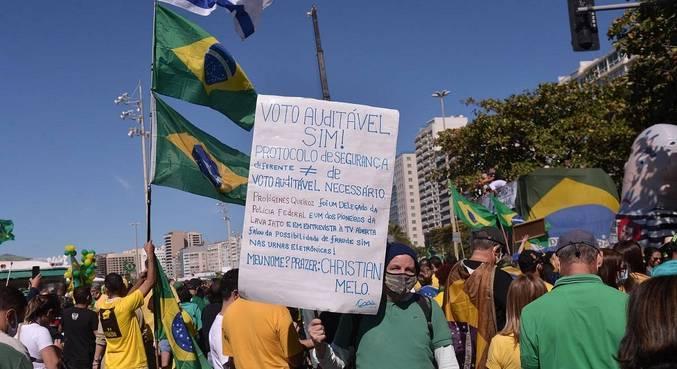 Manifestantes já começaram ato na  Avenida Atlântica, em Copacabana, no Rio