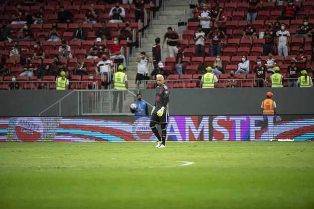 Atrás de Diego Alves, é possível ver distanciamento entre torcedores.