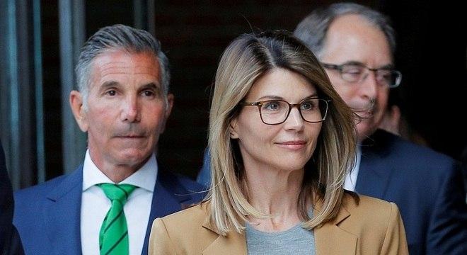Atriz Lori Loughlin e o marido, Mossimo Giannulli, deixam tribunal em Boston