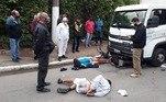 Um motorista de caminhão presenciou uma tentativa de assalto eatropelou os suspeitos no bairro do Jaguaré, zona oeste de São Paulo, por voltadas 8h40 desta quarta-feira (23).O caso ocorreu no cruzamento da rua Alonso Carbonell com a avenidaEngenheiro Billings, na saída para a Marginal Pinheiros, após a ponte Jaguaré.De acordo com informações daRecord TV, a dupla estava a pé e tentou assaltar um motociclista. Omotorista do caminhão, que vinha logo atrás e presenciou o crime, reagiu e atropelouos suspeitos, que foram presos em flagrante.