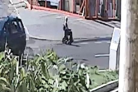 Imagem mostra idoso atravessando via em Uberlândia (MG)