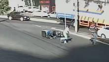 Motociclista cai e atropela família que atravessava rua em MG