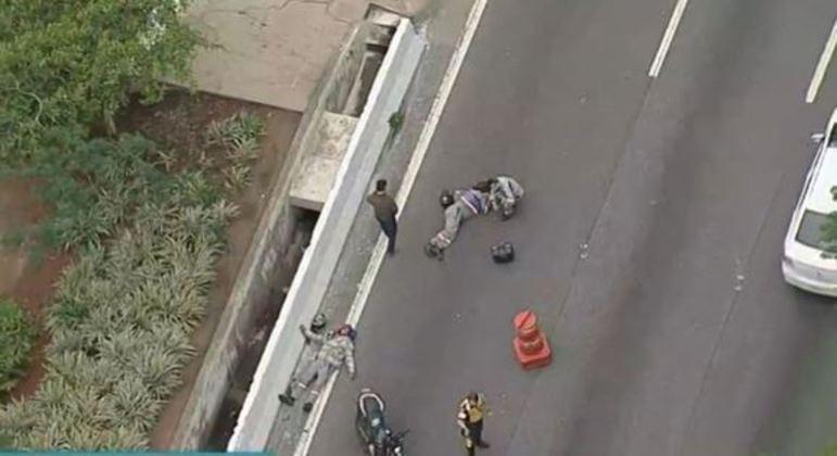 Funcionários da Enel caíram de moto depois de colidir com um carro na marginal Tietê