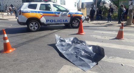 Homem atravessava avenida na faixa de pedestres quando foi atingido por ônibus