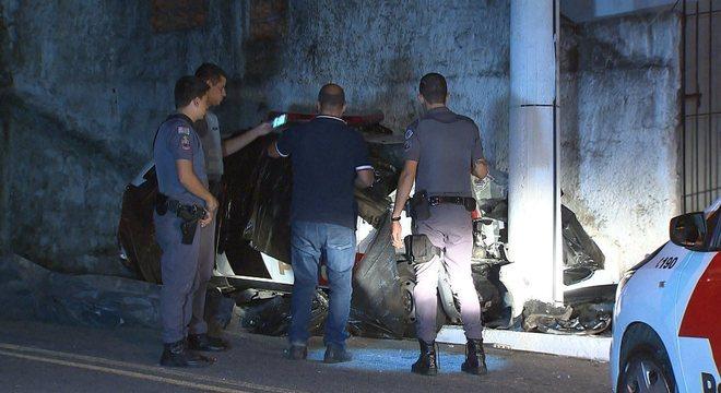 Carro da polícia ficou destruído após o acidente
