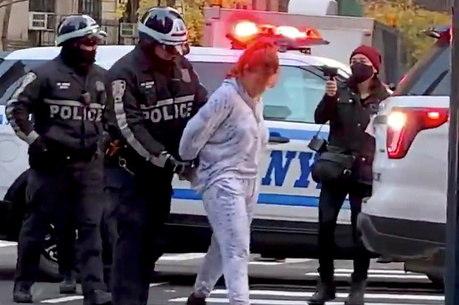 Mulher é levada presa após atropelar manifestantes