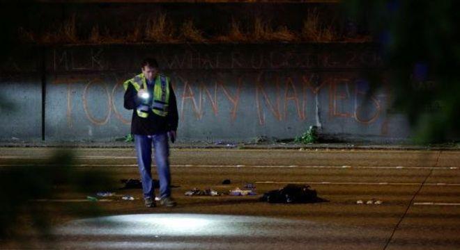 Investigador inspeciona a cena onde pessoas foram atropeladas durante protesto