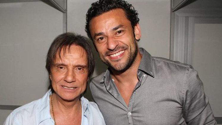 Atualmente no Fluminense, o atacante FRED foi outro jogador que tirou uma foto com Roberto Carlos.