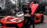 Mas a segunda é seu xodó: a Ferrari LaFerrari, carro que teve apenas499 unidades fabricadas. Aubameyang fez questão de envelopar parecida com suaLamborghini Aventador, para chamar atenção onde chegar. Automóvel tem o preço estipulado na casa dos R$ 16 milhões. Na foto ele aparece com ela ainda na cor vermelha