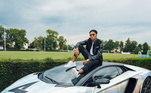 Essa da foto se trata de uma Lamborghini Huracán Performante Sypder. O carro atualmente está envelopado além de ser um versão mais potente, mais leve e conversível do cupê. A maquina que consegue ir de zero a 100 km/h em 3,1 s, tem um valor de mais de R$ 2 milhões