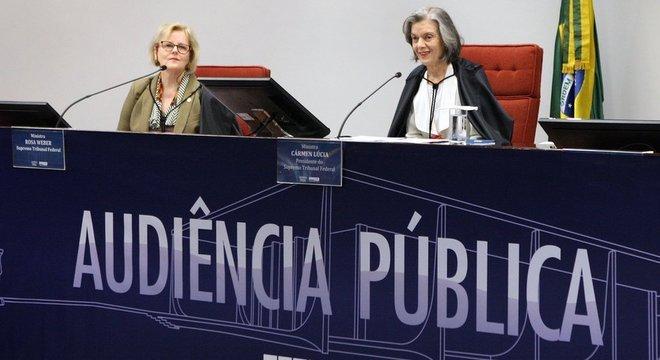 No Brasil, STF vai decidir sobre uma ação que pede que o aborto deixe de ser crime quando feito até a décima segunda semana. Na segunda, o tribunal fez audiências públicas para debater o tema