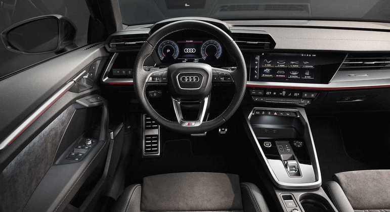 """A3 ainda vem com Audi Smartphone Interface com conexão ao Android Auto e Apple CarPlay e o rádio MMI Plus com tela de 10"""" sensível ao toque"""