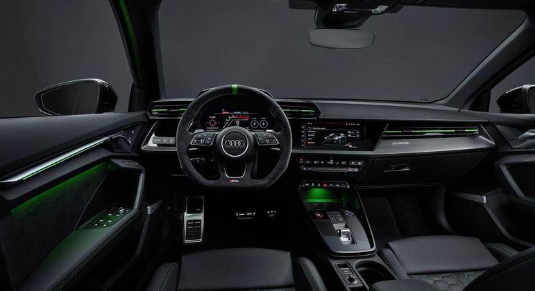 Interior conta com iluminação em LED e volante esportivo com base reta