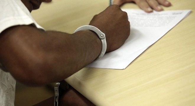 Algemas só podem ser utilizadas quando o preso apresenta risco de fuga