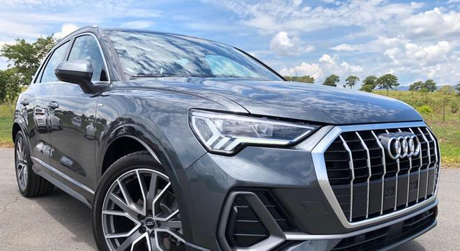 A versão Prestige de R$ 179,9 mil traz ar digital, Audi Drive Select, bancos em couro sintético sendo o do motorista elétrico e interior cinza