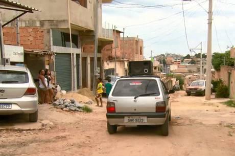 Carro de som passa por ruas da Ocupação Dandara, em BH