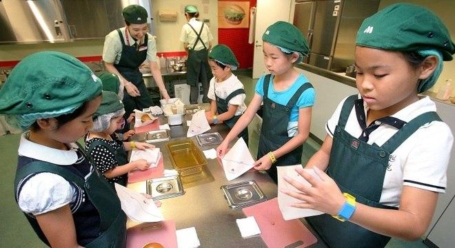 Aulas de culinária e nutrição ajudam as crianças a se interessar pelos alimentos
