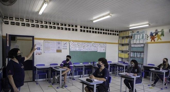 Governo vai permitir volta às aulas mesmo com aumento de casos de covid