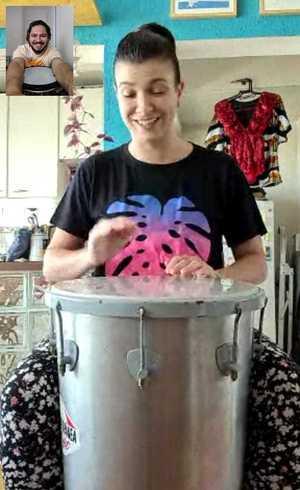 Percussionista Diogo Fernandes orienta aluna em aula de timbal