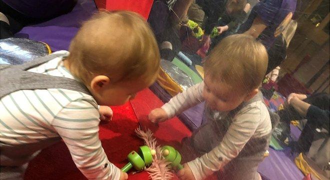 Protocolos de distanciamento social impedem a interação entre os bebês