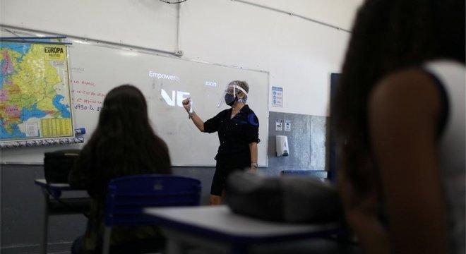Aula presencial com turma reduzida em escola do Rio, em novembro; uma pequena parcela de estudantes retornou à escola neste ano