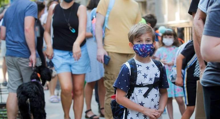 Movimentação na porta de escola em Nova York no primeiro dia de aula após as férias de verão