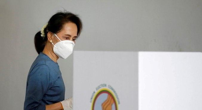 Aung San Suu Kyi está entre os líderes civis detidos em Mianmar