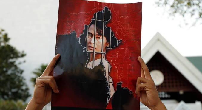 Aung San Suu Kyi foi colocada em prisão domiciliar após golpe militar