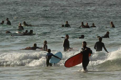 Praias na Austrália reabrem para população local
