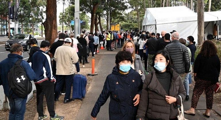 Australianos fazem fila para vacinação em Sydney, onde foram impostas várias restrições