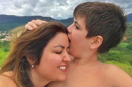 Theo, de 10 anos e a mãe Andréa Werner
