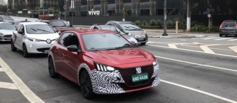 Peugeot 208 em testes ainda levemente camuflado no mês de fevereiro, pré-pandemia