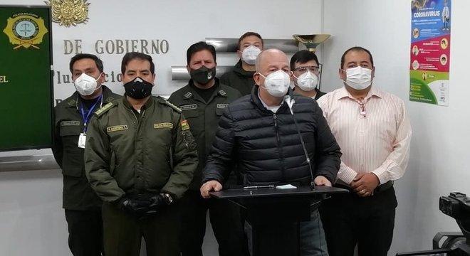 Autoridades de segurança apresentaram suspeito de cometer crime a jornalistas