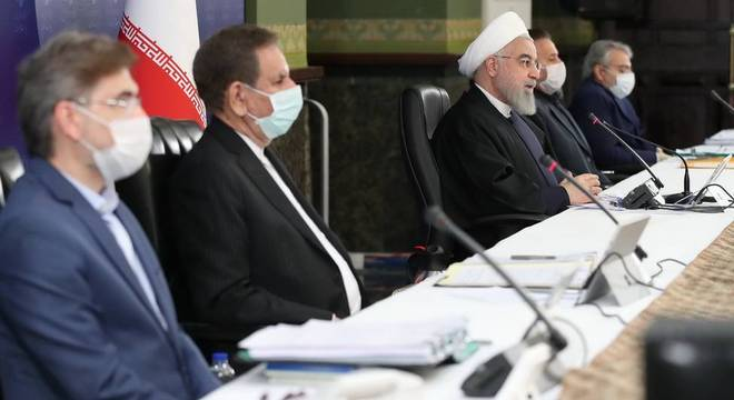 Autoridades do Irã, incluindo o presidente Hassan Rouhani, se encontram para debate pandemia