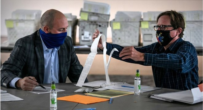 Autoridades eleitorais contam votos enviados por eleitores