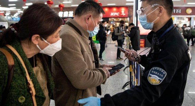 A China criou um aplicativo que estabelece se pessoa pode caminhar livremente, deve se isolar por 7 dias ou ficar em quarentena durante duas semanas