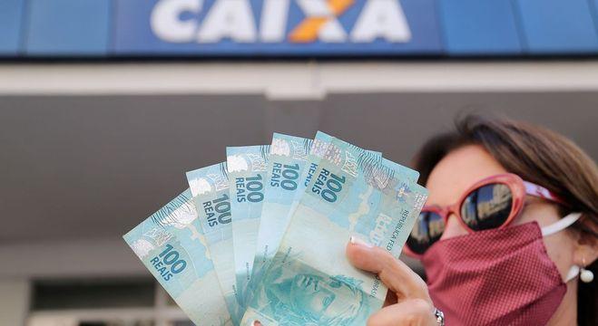 Quem tem direito ao auxílio recebe três parcelas de R$ 600 a R$ 1.200