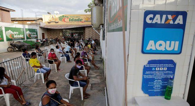 Beneficiários na fila para receber o auxílio emergencial, em Melgaço (PA)