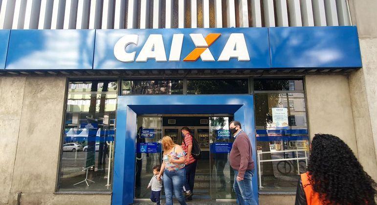 Vista de agência da Caixa Curitiba (PR); banco está pagando a 3ª parcela do auxílio