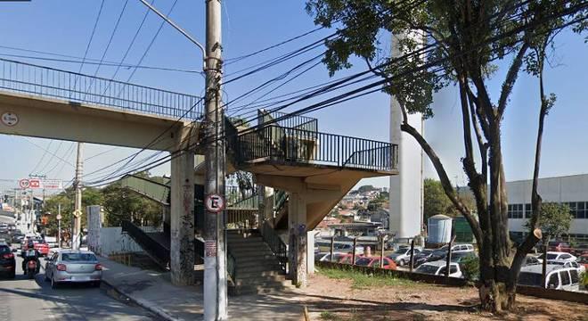 Corpo do homem foi encontrado caído em passarela na avenida Francisco Morato