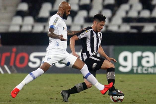 AVAÍ - SOBE - A equipe investiu nas bolas aéreas e deu muito perigo ao Botafogo, incluindo primeiro gol tomado pelo Alvinegro - DESCE - O Avaí só conseguiu parar os jogadores do Botafogo na falta.