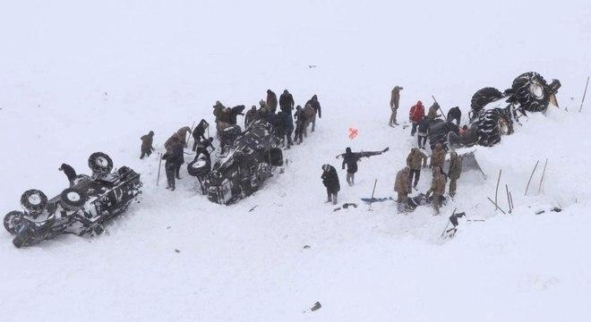 Avalanche soterrou caminhões que levavam a equipe de resgate na Turquia