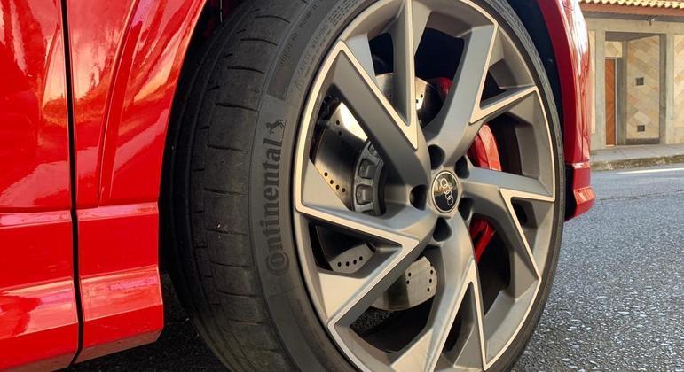 Modelo tem pneus 235 35 aro 21 mais largos conferem a precisão ideal com a tração integral Quattro