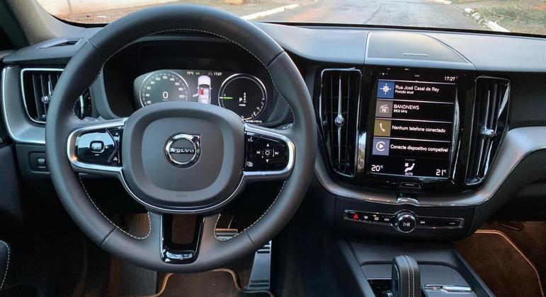 Conectividade é boa com a multimídia de nove polegadas com Apple CarPlay e Android Auto que ainda exigem cabo de espelhamento
