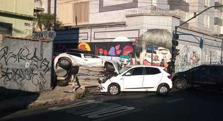 Carros ficaram empilhados após acidente