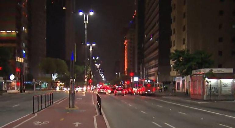 Sem fogos, avenida Paulista não registrou aglomeração na hora da virada do ano