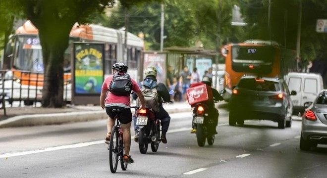 Ciclistas andam hoje em meio aos carros na avenida Rebouças